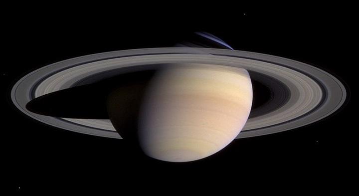 Python カッシーニが撮影した土星