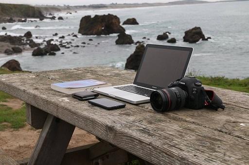 Python 海を背景に机の上にモバイルPC・カメラ
